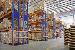 magatzem amb bastidors multicapa en una fàbrica